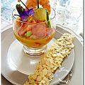 Verrine de crevettes, mangues, fraises, avocat, jus d'orange, balsamique blanc, tuile de parmesan amandes et sésame