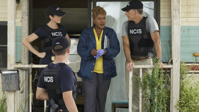 NCIS-New-Orleans-4-on-porch