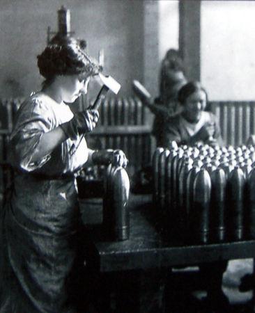 1915_1916___Femme_au_travail_dans_une_usine_d_obus