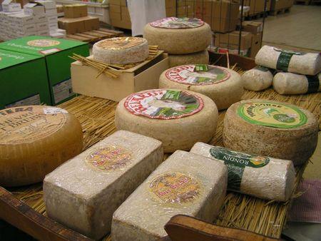 06072011 - 6h - côté crémerie, des fromages à perte de vue (E4) (2)