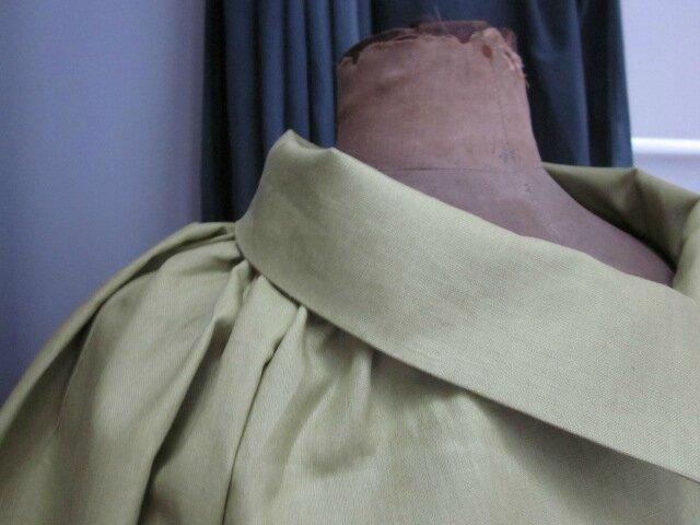 Veste en lin enduit verte froncée sous un large col, manches trois quart raglan (3)