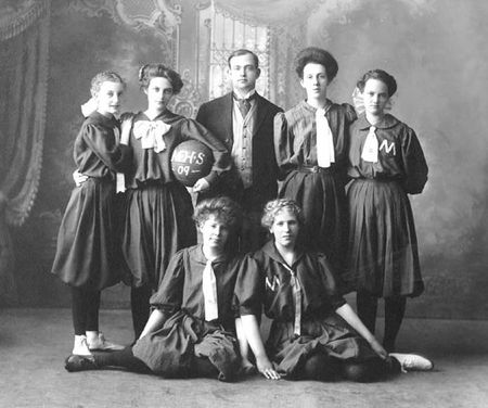 Girls_basketball_1908