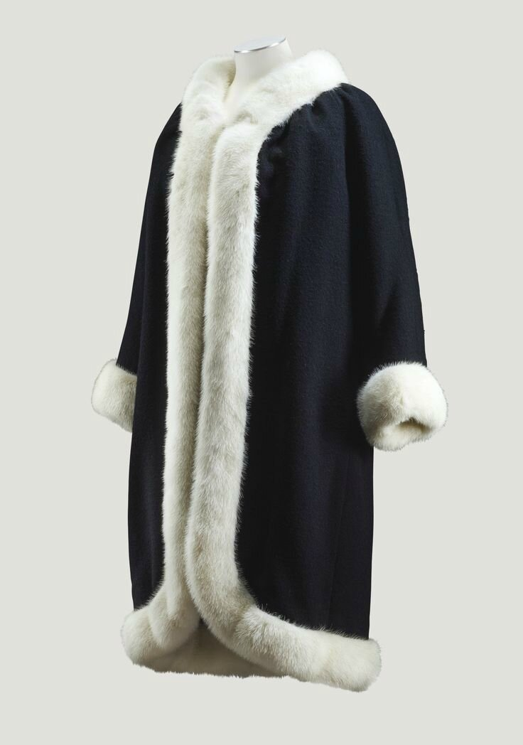 Balenciaga Haute Couture, 1965. Manteau en drap de laine noir bordé de vison blanc