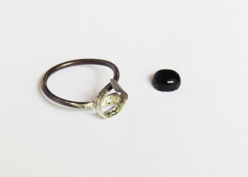 Bague formée et obsidienne taillée et polie