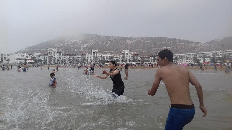 Farah et Farid sur cette scène de jeu de baignade