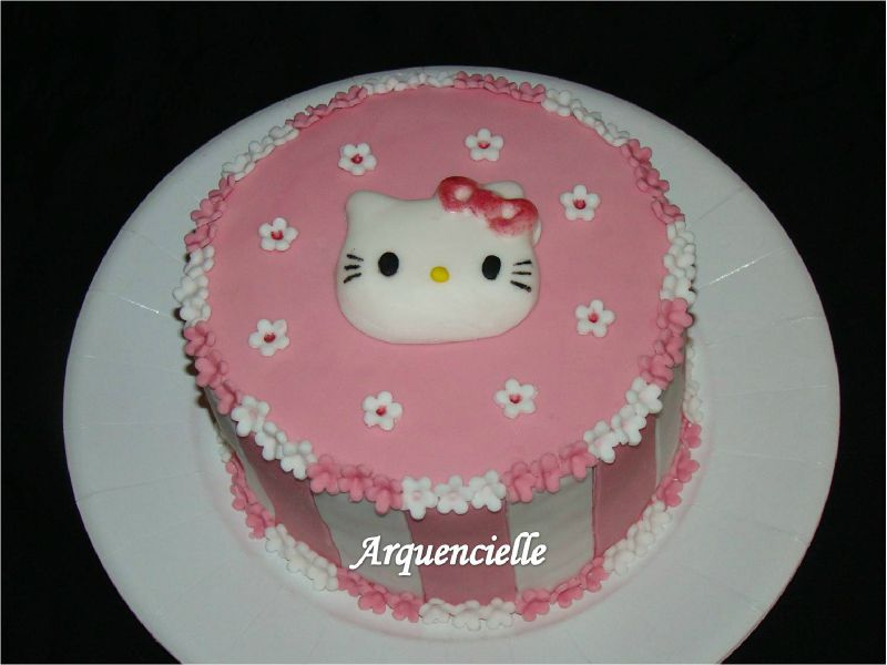Gâteau Hello Kitty rose et blanc détail kitty