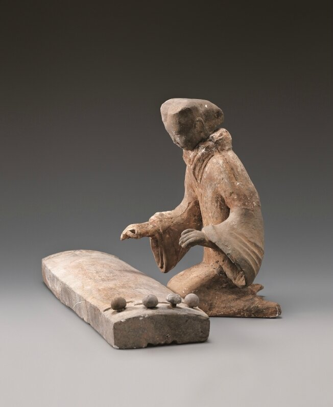 Terracotta figurine playing a se (ancient Chinese plucked zither), Western Han (206 BCE – 8 CE)