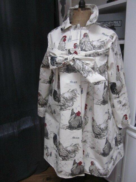 Ciré AGLAE en coton enduit blanc cassé imprimé poules grises fermé par un noeud (2)