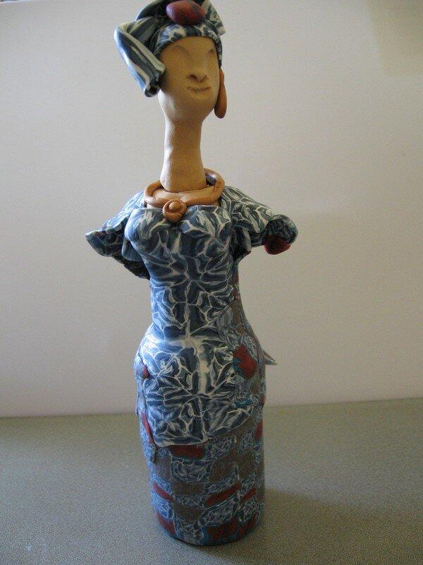 la femme sur grosse bouteille