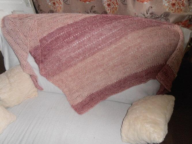 Châle rose sur canapé