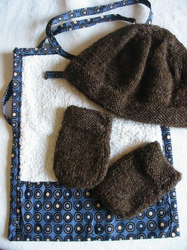 bavoir, bonnet et moufles offerts par kristelle