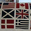 Grand coussin avec drapeaux en vente