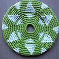 Frisbee vert et triangles blancs