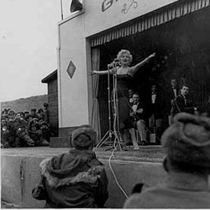 1954-02-17-korea-grenadier_palace-stage-020-4